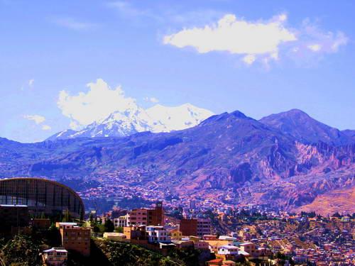 רכס הקורדיליירה ריאל הבולט בפסגותיו המושלגות מעל לה-פאס