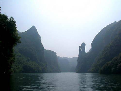 נוף טיפוסי בנהר וויאנג -סלעים משוננים הבולטים מעל גדות הנהר