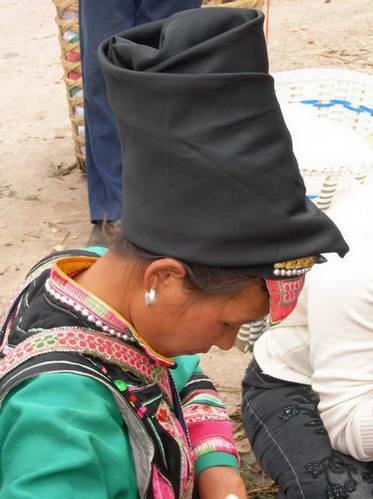 כיסויי הראש של בנות מיעוט חווי (מימין) ויאו (משמאל)