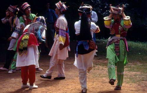 ריקוד של בנות סאני, תת שבט של מיעוט יי