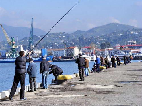 דייגים בנמל באטומי, גאורגיה