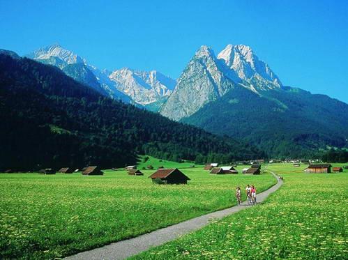 העיירה גארמיש למרגלות הצוגשפיצה, בוואריה
