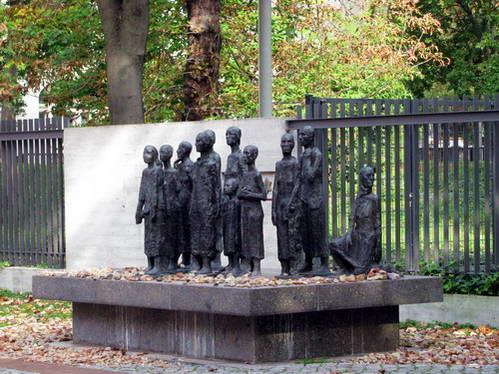 פסלי ברונזה במקום בו רוכזו היהודים, ברלין