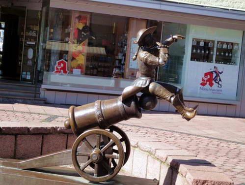 פסלו של הברון מינכהאוזן בעיירה בודנוורדר, גרמניה
