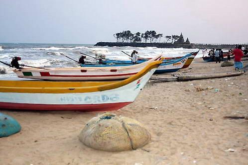 החוף הקסום של ים אנדמן, עם מקדשי החוף ברקע