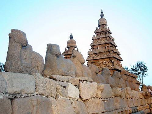 מקדש החוף וחומה עם פסלי נאנדי הפר