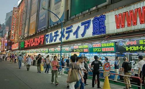 חנות אלקטרוניקה גדולה ביפן