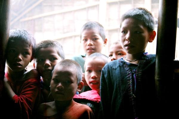 ילדים סקרנים בלאוס