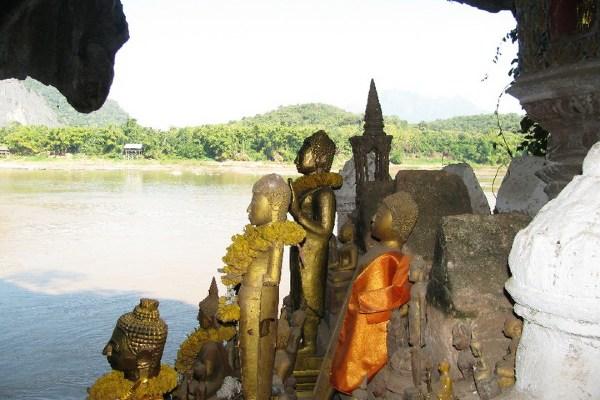 פסלי בודהה על המקונג