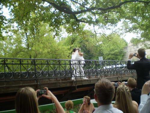 מסורת ליטאית - חתן נושא כלה על גשר אוזופיס