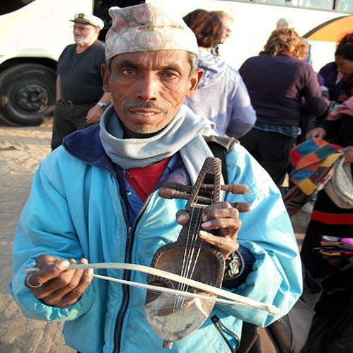 איש הגאנדארבהה עם הסארנגי שלו