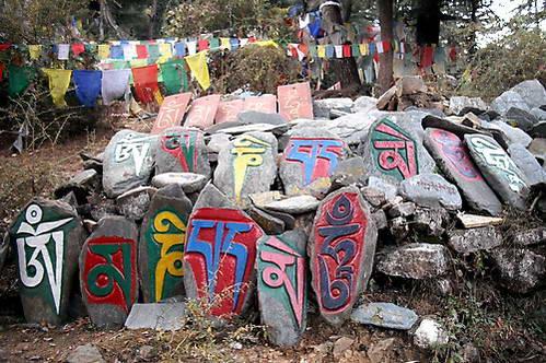 אבנים ודגלי תפילה בודהיסטים