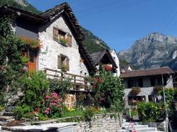 בתים בכפר סוניניו שבקצה העמק, צפון איטליה