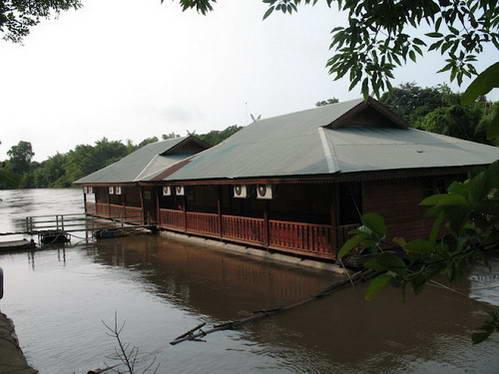 חדרים צפים על נהר קוואי