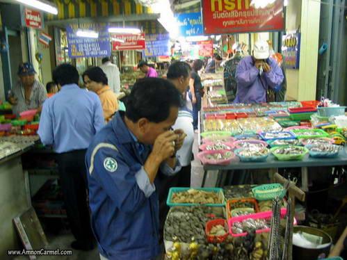 פיסלוני בודהה בשוק של בנגקוק