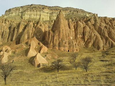 בתים חצובים בסלע, העיירה צ'בושין, קפדוקיה, טורקיה
