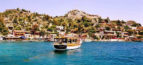 שייט בקקובה על רקע האי סימנה, טורקיה