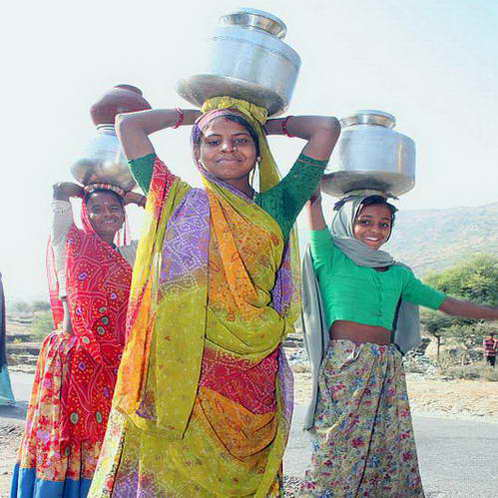 נושאות דליים יחפות, ההולכות קילומטרים להביא מים לכפרן